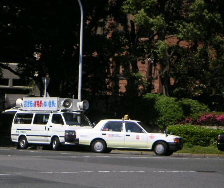 街宣車は珍しいがタクシーはいつも停まっている